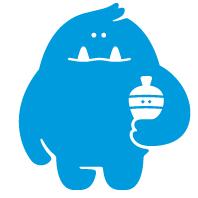 Logotipo Cazapeonzas. [Descripción de imagen] Cucu, el pequeño monstruo de Cazapeonzas, sostiene bajo el brazo a Zas, una peonza.