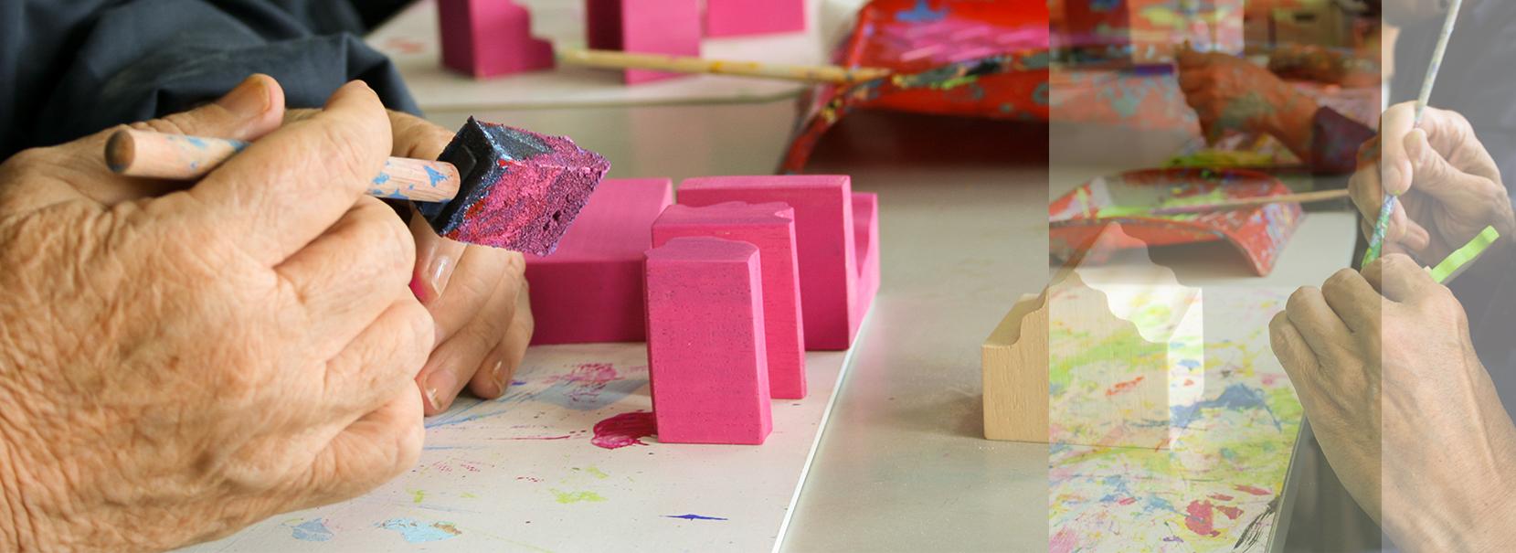 fotografía de detalle de manos pintando los puzzles