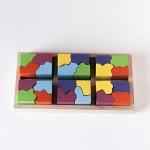 """Vista superior del puzle """"6x4"""". [Descripción de imagen] Seis piezas completas de diferente color encajadas en la base del puzle."""