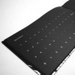 """Detalle de """"El libro negro de los colores"""". [Descripción de imagen] En páginas interiores, las letras de los alfabetos latino y braille."""