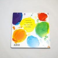 """Vista superior del libro """"Colores"""". [Descripción de imagen] En contraportada, trazos con forma de puntos de diferente tamaño y color ocupan todo el espacio. Sobre ellos, el texto: """"Bonitos y mágicos: así son los colores""""."""