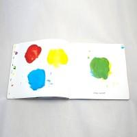 """Detalle del libro """"Colores"""". [Descripción de imagen] Páginas interiores. A la izquierda, tres trazos gruesos de pintura de diferentes colores. A la derecha, un cuarto trazo diferente y el texto: """"¿Has visto?"""""""