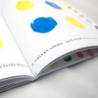 """Detalle del libro """"Colores"""". [Descripción de imagen] En páginas interiores, cuatro trazos en forma de puntos de dos colores diferentes y el texto: """"Se vuelven verdes, ¿Qué habría que hacer?"""""""