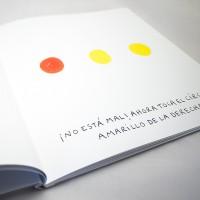 """Detalle del libro """"Colores"""". [Descripción de imagen] En páginas interiores, tres círculos de dos colores diferentes y el texto: """"¡No está mal! Ahora toca el círculo amarillo de la derecha!""""."""