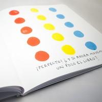 """Detalle del libro """"Colores"""". [Descripción de imagen] En páginas interiores, tres columnas compuestas de cinco círculos del mismo color y tamaño. En la parte inferior, el texto: """"¡Perfecto!"""" ¿Y si ahora movemos un poco el libro?""""."""