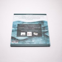 """Vista superior del libro """"El soldadito de plomo"""". [Descripción de imagen]. En contraportada, una ilustración del mar en el que navega el soldadito. Sobre ella, los textos indicados en la descripción del producto."""
