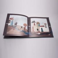 """Vista superior del libro """"El soldadito de plomo"""". [Descripción de imagen] Páginas interiores. De izquierda a derecha, los niños se despiden del soldadito de plomo, que navega por los charcos calle abajo."""