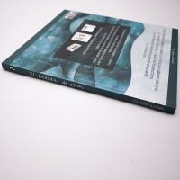 """Vista superior del libro """"El soldadito de plomo"""". [Descripción de imagen] En el lomo, el título y la autora: Clara Luna."""