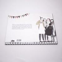 """Vista superior del libro """"Martín"""". [Descripción de imagen] Contraportada. De derecha a izquierda, cinco personas celebrando un cumpleaños y el texto indicado en la descripción del producto."""
