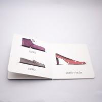 """Vista superior del libro """"Zapato"""". [Descripción de imagen] A la izquierda, dos zapatos en diferente color, diseño y el texto: """"Zapato"""". A la derecha, un tercer zapato diferente y el texto: """"Zapato y tacón""""."""