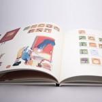 """Detalle del libro """"Nicolás cocina sin fuego"""". [Descripción de imagen] Páginas interiores. A la izquierda, Nicolás metiendo un helado en el congelador. A la derecha, pictogramas de la receta """"Helado de plátano""""."""