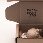 Detalle de la Peonza DIY, en acabado natural, y caja regalo de Cazapeonzas.