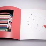 """Detalle del libro """"Hasta el infinito"""". [Descripción de imagen] Páginas interiores. A la izquierda, un recorte cuadrado que deja entrever la página anterior. A la derecha, pequeños recortes en forma de pentágonos."""
