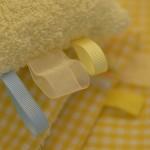 """Detalle del """"Conjunto sensorial"""" en tonos amarillos. Tiras de sujeción en varios estampados."""