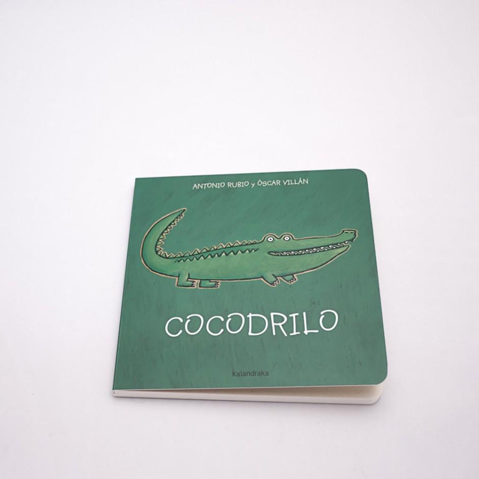 """Vista superior del libro """"Cocodrilo"""". En portada, la ilustración de un cocodrilo."""