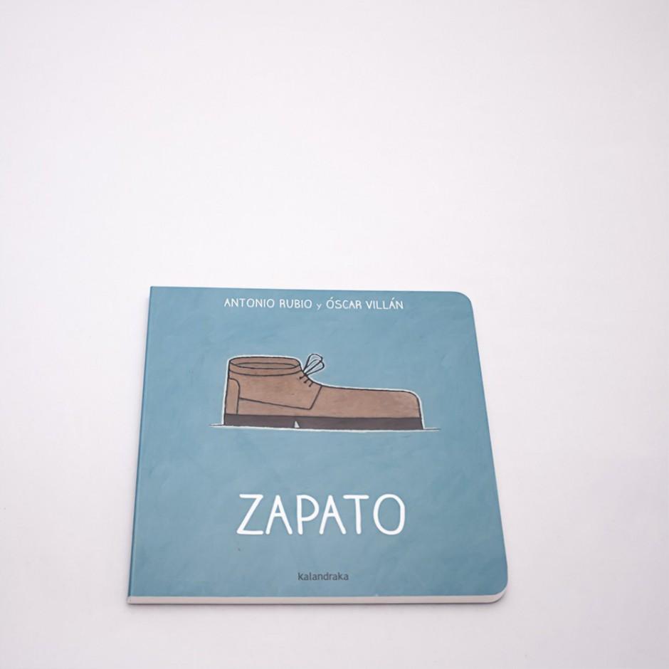 """Vista superior del libro """"Zapato"""". En portada, la ilustración de un zapato de perfil."""