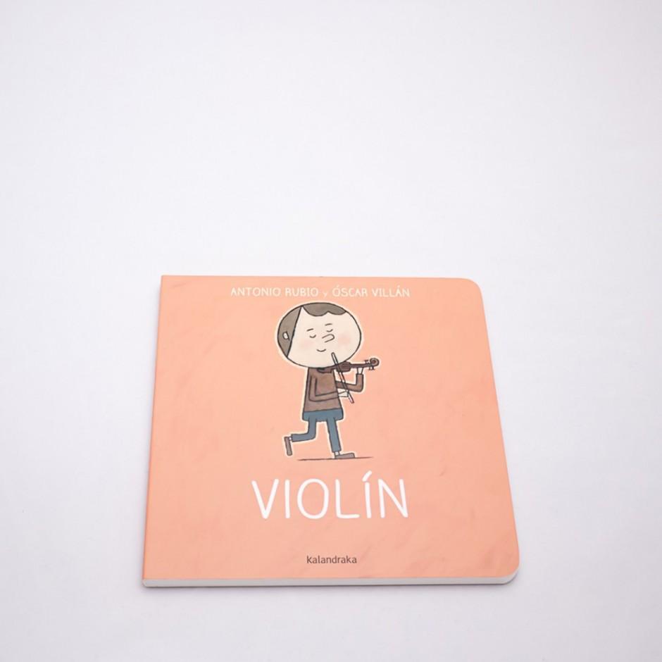"""Vista superior del libro """"Violín"""".  En portada, la ilustración de un niño o una niña tocando un violín."""