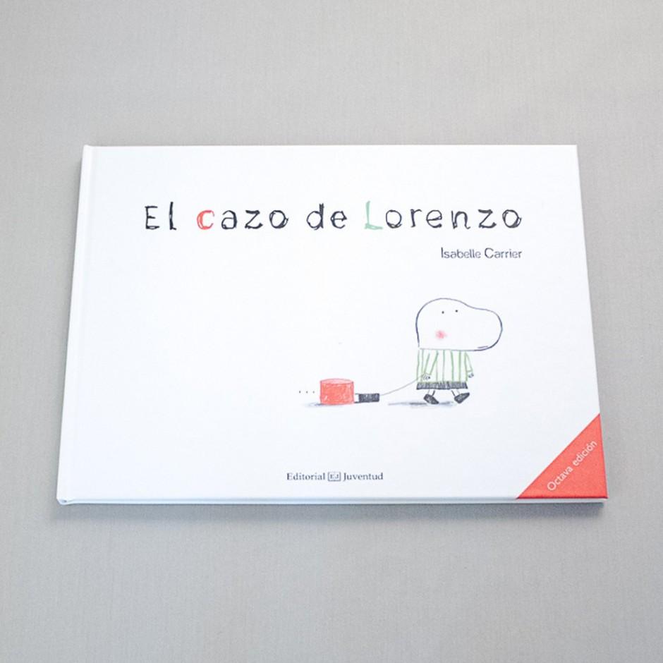 """Detalle del libro """"El cazo de Lorenzo"""". [Descripción de imagen] En contraportada, varias ilustraciones de Lorenzo y su cazo: arrastrándolo, recibiendo un golpe, con el cazo atascado en el suelo y con él como sombrero."""