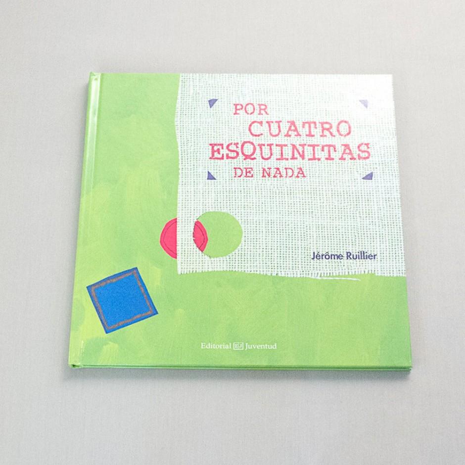 """Vista superior del libro """"El cazo de Lorenzo"""". [Descripción de imagen] En portada, la ilustración de tres recortes de tela en diferente tamaño, color y tejido."""