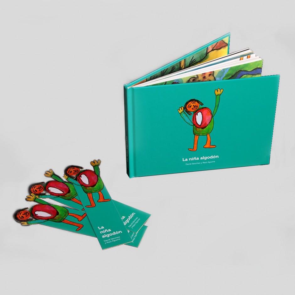"""Vista superior del libro """"La niña de algodón"""". [Descripción de imagen] En portada, la ilustración de una niña sonriendo con las manos levantadas y un corazón sobre ella. Junto al libro, tres separadores con la misma ilustración."""