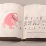 """Detalle del libro """"Monstruo Rosa"""". [Descripción de imagen] Páginas internas. De izquierda a derecha, el monstruo rosa frente a seis casas colocadas una al lado de la otra, con figuras de pájaro dentro de ellas."""