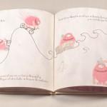 """Detalle del libro """"Monstruo Rosa"""". [Descripción de imagen] Páginas internas. A la izquierda, el monstruo rosa subiendo una montaña en bicicleta. A la derecha, el monstruo rosa en un barco de papel en el mar."""