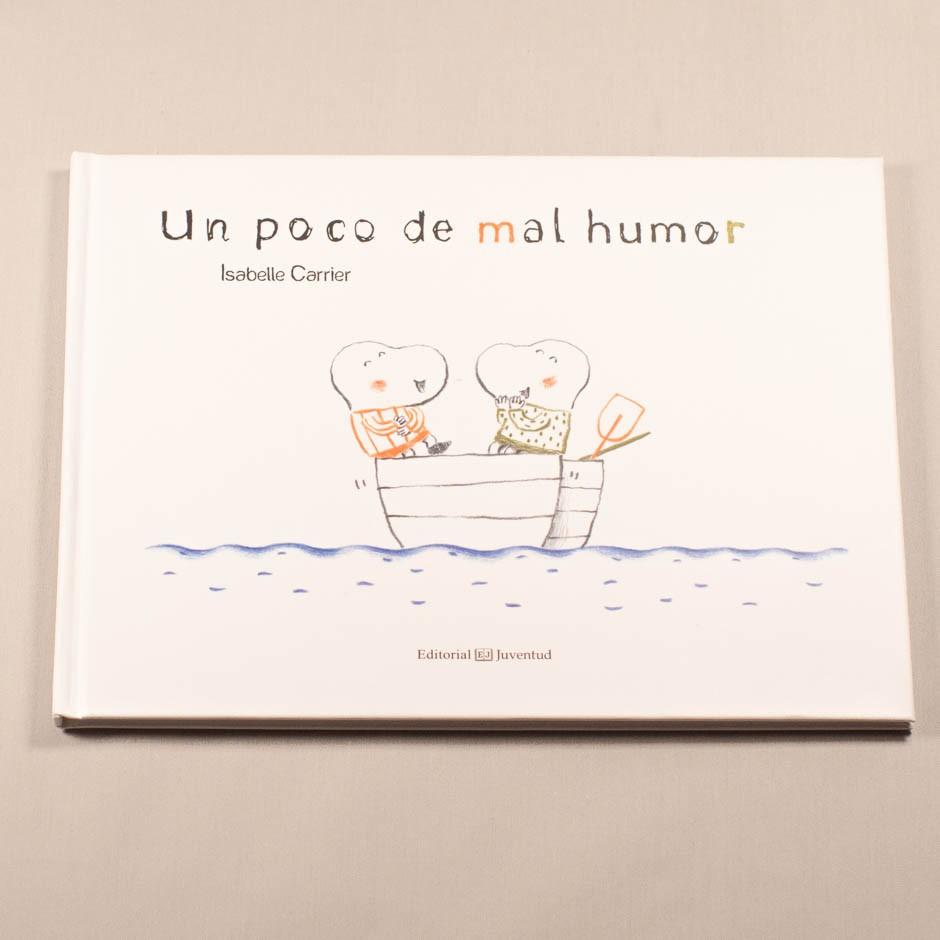 """Vista superior del libro """"Un poco de mal humor"""". [Descripción de imagen] En portada, dos figuras dentro de un bote en el mar."""