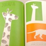 """Vista superior del libro """"Arte deja tus huellas"""". [Descripción de imagen] Páginas internas. De izquierda a derecha, dos jirafas."""