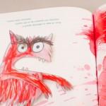 """Detalle del libro """"El monstruo de colores"""". [Descripción de imagen] Páginas internas. A la izquierda, el monstruo en actitud enfadada pintado en un color rojo cálido e intenso. Sobre él, el siguiente texto: """"Cuando estás enfadado, sientes que se ha cometido en una injusticia y quieres descargar la rabia en otros""""."""