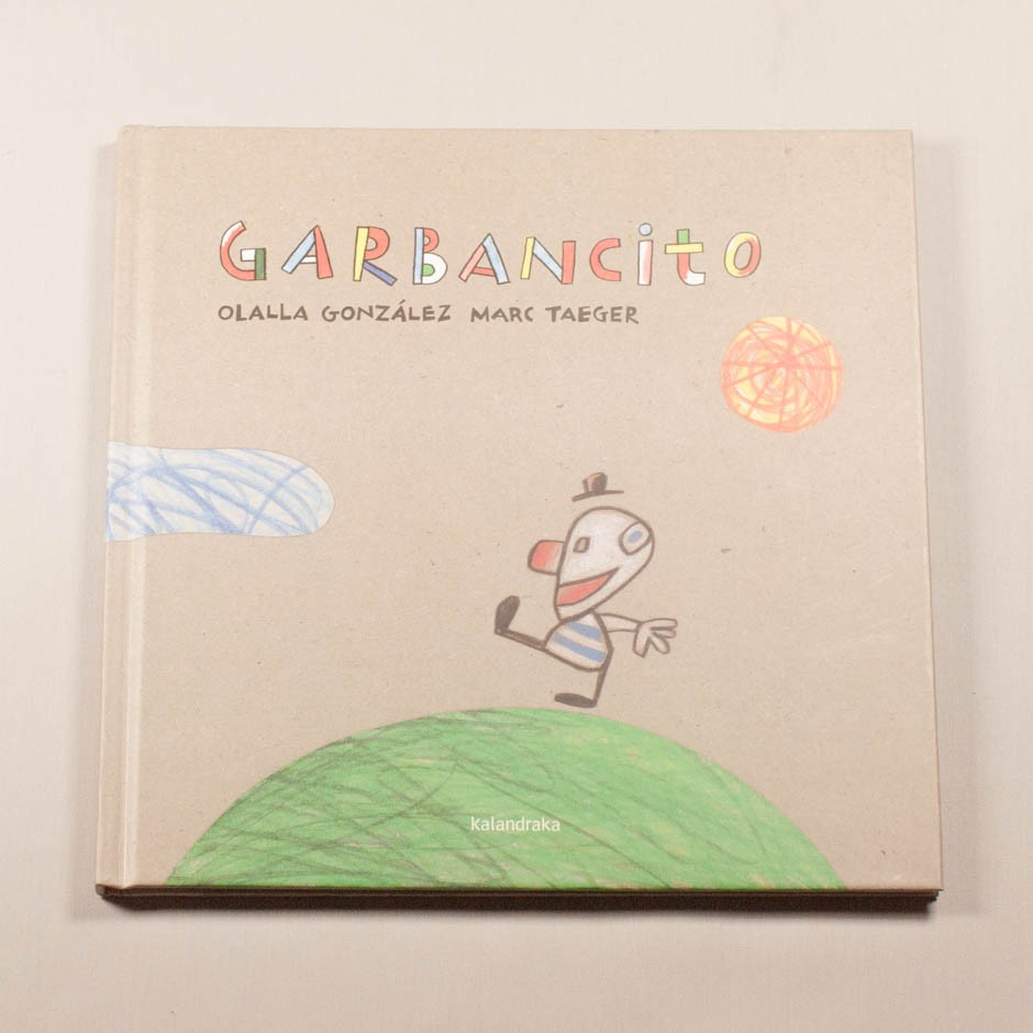 """Libro """"Garbancito"""". En portada, la ilustración de un niño sonriendo caminando sobre un guisante."""
