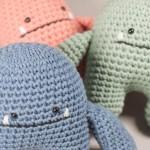 Detalle de tres muñecos Cucu en diferentes colores realizados en croché.