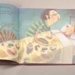 """Detalle del libro """"Las princesas también se tiran pedos"""". A la derecha, un padre acostando a su hija en la cama."""
