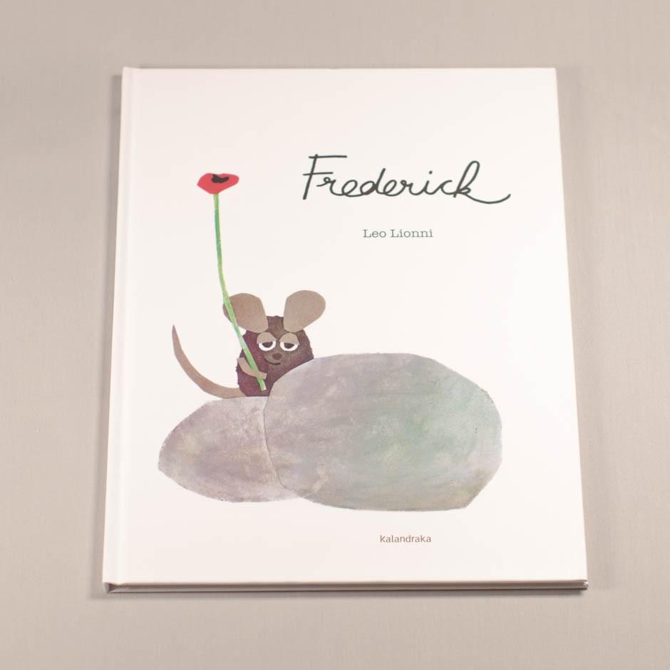 """Libro """"Frederick"""". En portada, un ratón sostiene una amapola tras dos rocas."""