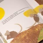 """Detalle del libro """"Frederick"""". [Descripción de imagen] Varios ratones transportando un objeto le preguntan a Frederick: ¿Y tú por qué no trabajas, Frederick? """"Yo trabajo"""", les respondía Frederick. """"Recojo rayos de sol para los días fríos del invierno"""""""