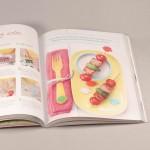 """Detalle del libro """"Pequeño gran chef."""" A la derecha, fragmento de la receta """"brochetas de atún"""""""
