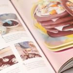"""Detalle del libro """"Pequeño gran chef."""" A la derecha, fragmento de la receta """"tortitas de chocolate y avellanas"""""""