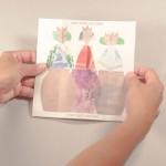 """Detalle de """"Tres cuentos infinitos"""". [Descripción de imagen] El flexágono abierto completamente. Dentro de éste, la ilustración de tres mujeres metidas en botijos. Bajo estas, el texto: """"Y las tapó con pez"""""""