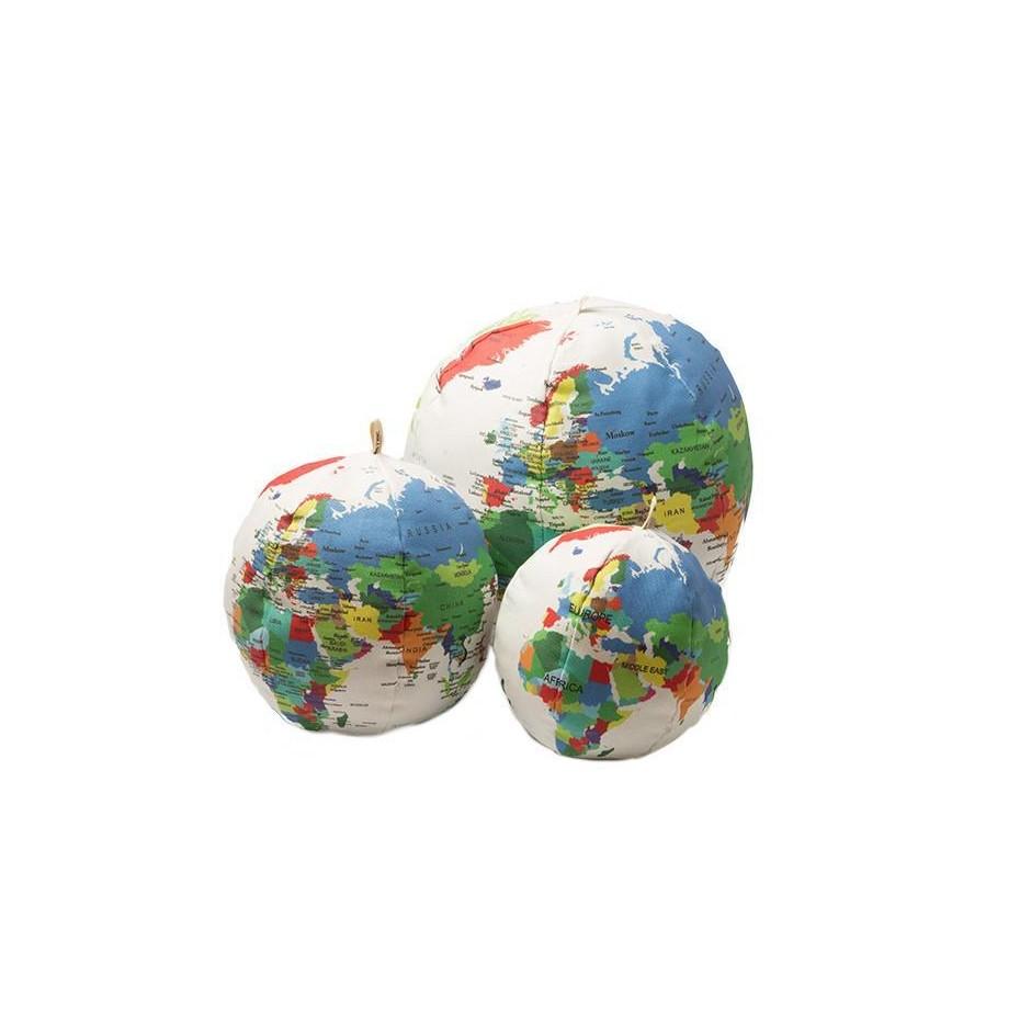 Vista frontal de tres globos terráqueos en diferentes tamaños.