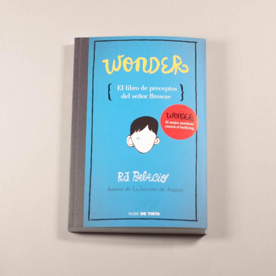 """Libro """"Wonder, el libro de preceptos del señor Browne"""". En portada, el rostro de un niño con un solo ojo."""