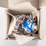 """Detalle de """"Mundo peonza"""" y caja regalo de Cazapeonzas."""