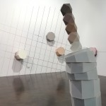 Escultura. Obra 'Gosua Tops', de Álvaro Gil, en madera y acrílico. Exposición en sala formada por siete esculturas de diferentes formas geométricas. Seis de ellas, pequeñas, están expuestas en pared. Una en el centro de la sala.