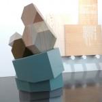 Escultura 'Columna platónica', de Álvaro Gil, en madera, resina y acrílico (82 x 40 cm). Escultura  formada por ocho formas geométricas distintas, apiladas y unidas una sobre otra formando una columna.