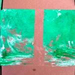 Vista detalle de una obra finalizada. Lateral de una caja de cartón con dos bloques rectangulares pintados en verde (trazo grueso).