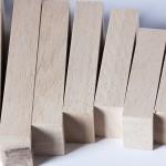 """Detalle del puzle """"La escalera"""". [Descripción de imagen] Seis piezas en acabado natural de diferente tamaño."""