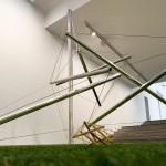 Fotografía. Vista a ras de suelo de la escultura 'Able Charlie' de acero inoxidable y aluminio.