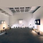 En una sala expositiva, bajo las esculturas colgadas y enmarcadas de Armesto, bolsas de Cazapeonzas con material para la experiencia de 'Arte en familia' recorren toda la sala.