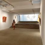 Una visitante observa en el interior de la galería las obras expuestas de David Rodríguez Caballero.