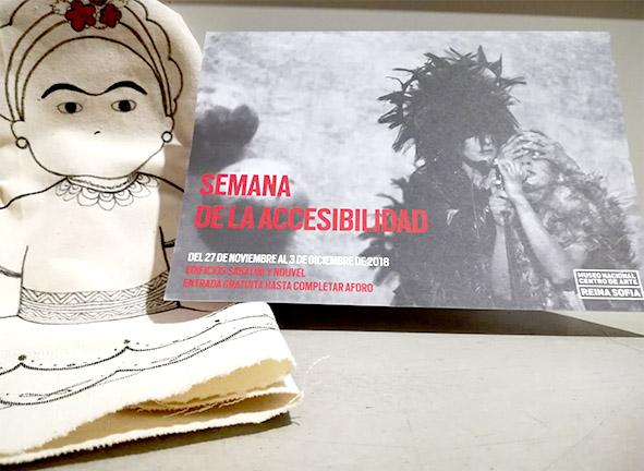Vista frontal de un díptico de la Semana de la Accesibilidad del Museo Reina Sofía junto a Frida Kahlo