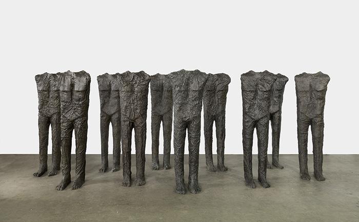 Visión frontal de varias esculturas en bronce de la mitad inferior del cuerpo.