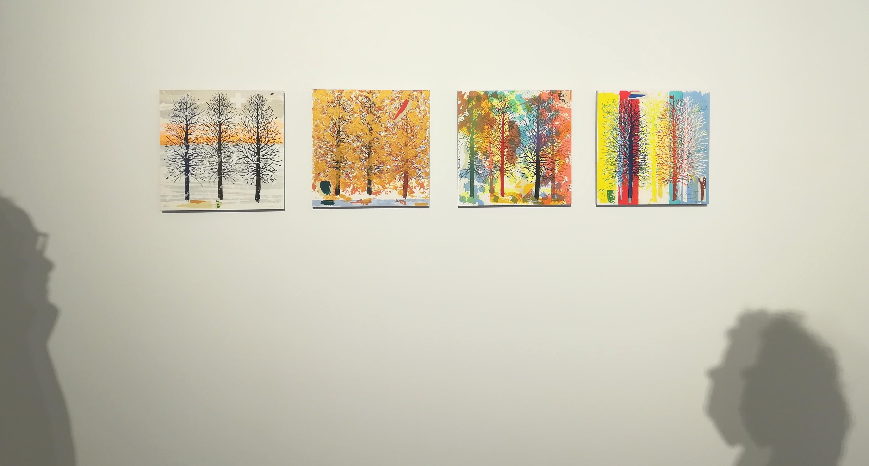 Visión frontal de cuatro obras pictóricas colgadas en la pared.
